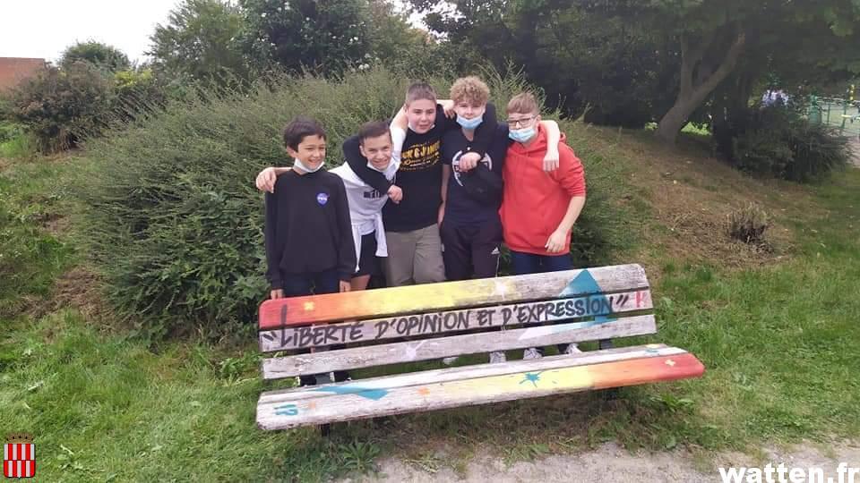 Coup de jeune pour les bancs du parc avec les ados du Centre socio-culturel